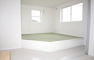 琉球畳の和室は段差を40cmあげ、座っても一息着けるように和みのある空間に!