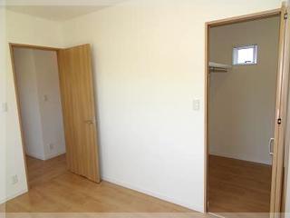 6帖の主寝室、隣は2帖のWIC!衣類の収納もバッチリです!