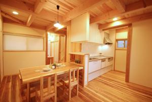 白いタイルがまぶしいキッチン。食器庫もついています。