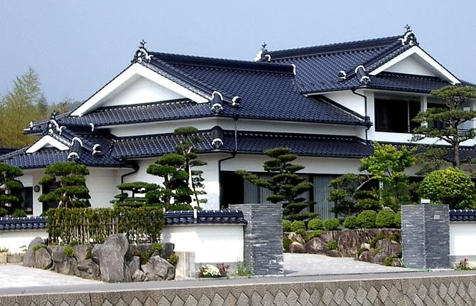 髙山産業株式会社『屋根裏収納など実用面も考慮した白黒基調の純和風住宅』
