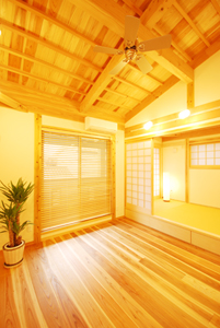 モダンなリビングなのに和室がしっくり馴染んでいます。この和室の下は収納になっています。