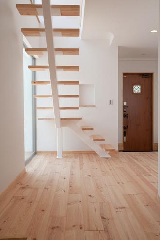 玄関に入ると見えるスケルトン階段。 大きな窓からこぼれる光が明るく出迎えてくれます。