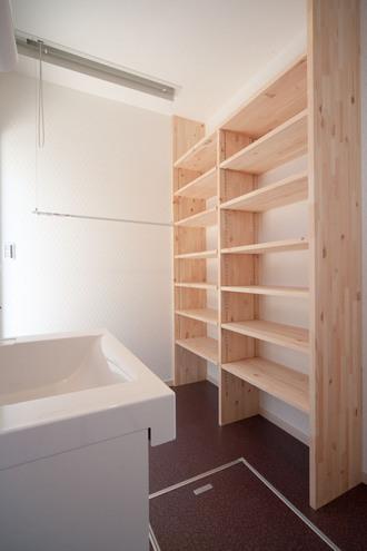 洗面室に造られた造作棚。 タオルやパジャマもスッキリ収納!!