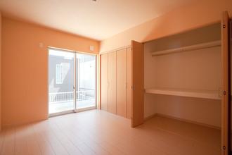 寝室の壁一面使って造られたクローゼット。 た?ぷり入り、服選びもスムーズに。