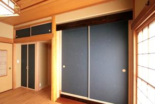 既存の和室の造作を、極力残しながらの設計です。 既存の長押や造作材を丁寧に取り外し、再利用もしています。