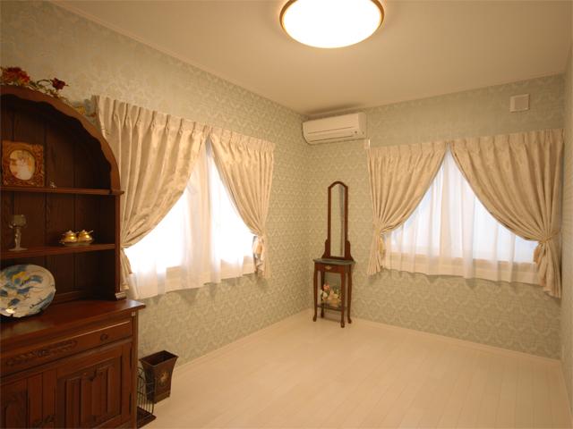 随所に置かれたこだわりのインテリアが素敵なU様邸。1階の洋室はお客様にもくつろいでいただけるようにとの、お施主様のこだわりの空間です。