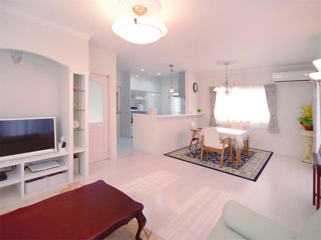 白で統一されたすっきりとした印象のリビングは、扉や照明・家具等にもこだわりを。造作のテレビ台のアーチがアクセントの室内は、シンプルながらこクラシカルな雰囲気を感じさせてくれます