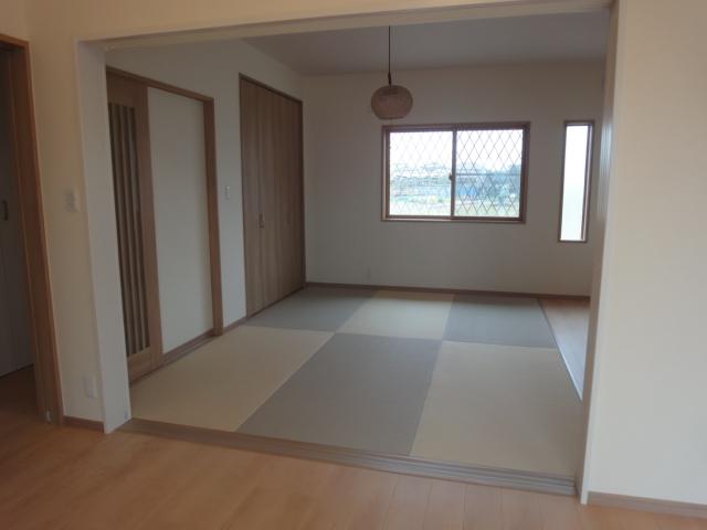 和室は2色のタタミを交互に置くことで、よりおしゃれな空間に。扉は全て収納式になっているので、すべての扉を開ければ開放性のある大空間に。