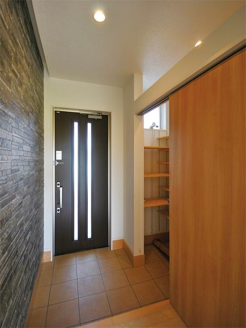 玄関の横には、ウォークスルーにもなる土間収納を配置。