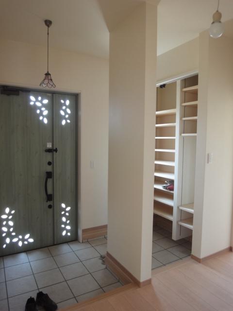 玄関には、下駄箱ではなく、稼動棚で玄関収納を配置。大容量なので、ご家族の靴も余裕を持って収納できます。
