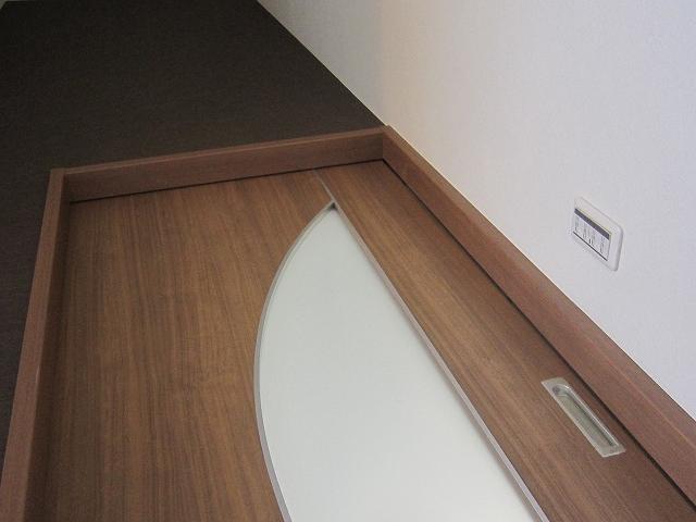吹抜けにはデザイン性の高いオリジナルドアをつけました。