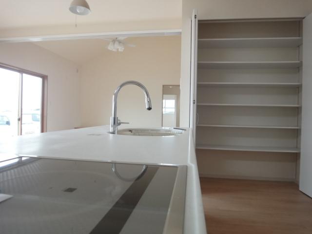 キッチンの横にはパントリーを設置、かさばる台所用品などを収納できます。