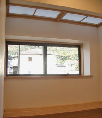 キッチンは解体し、ダイニングに。壁にすぐ造りつけのベンチを設け、スペースの有効利用。