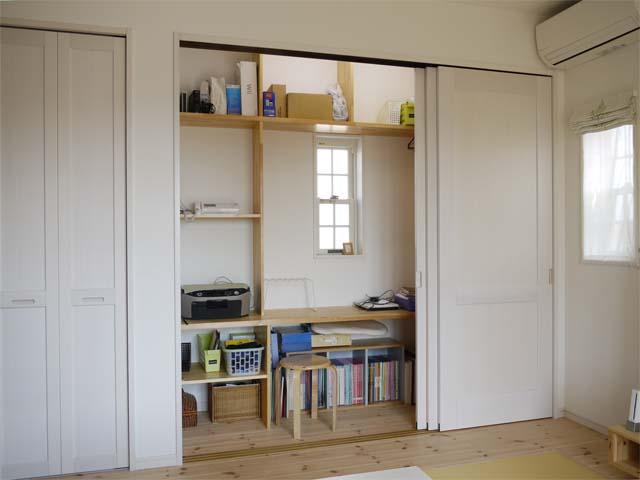 お施主様からの手書きの図面をもとに設計した造り付けの棚は、収納としてだけではなく実用スペースとしても重宝していただいてます。