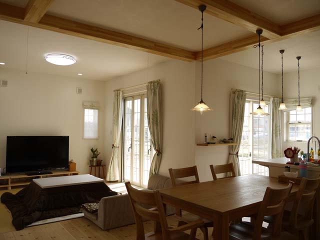 南と東向きの窓からは一日中たくさんの光が室内に届きます。天井を2m70cmまで高くし、部屋のレイアウトをL型にすることでより広さを演出。奥様のセンスだというインテリアや照明で、部屋全体が落ち着いた優しい空間に。