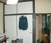台所奥の機能性のない和室は解体し、一部を食品庫、残りをキッチンスペースとしました。