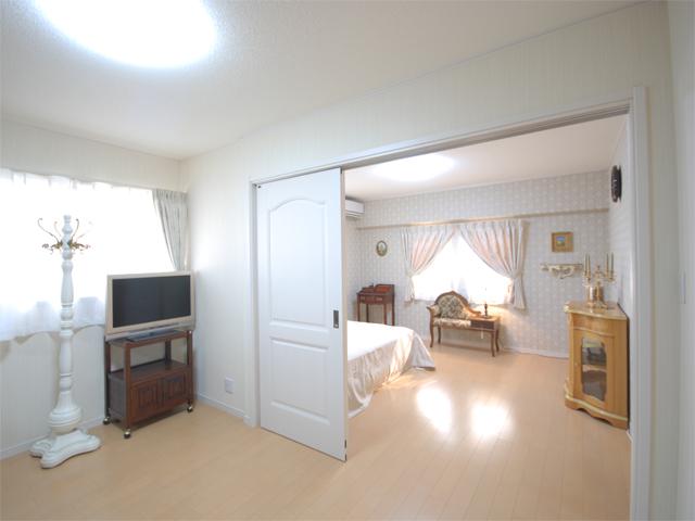 統一されたインテリアの主寝室はゆとりの広さ。