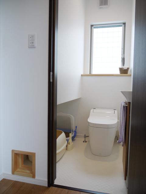 トイレは猫ちゃんとシェアリング。棚の下は収納スペースになっています。