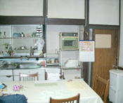 キッチンがあった場所は昼間でも暗く、間口が狭いためテーブルを置くと少し窮屈な空間でした。