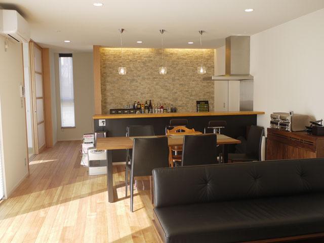 ラオス松の無垢フローリングを採用した I 様邸のリビングは、やさしい雰囲気が漂う落ち着いた空間。