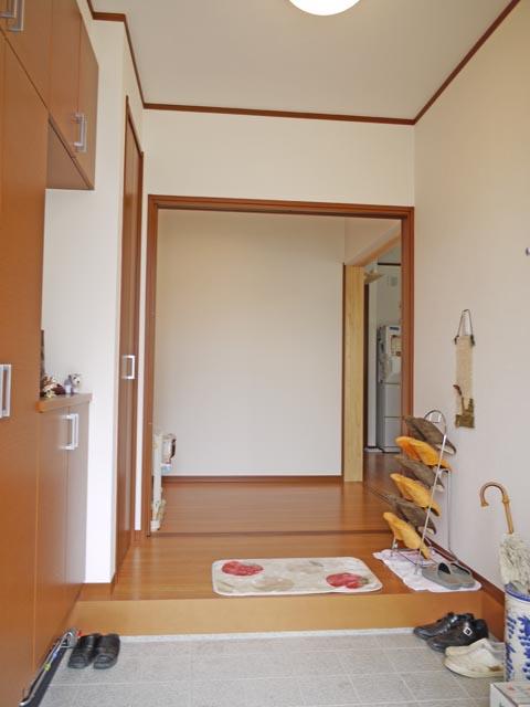 広く設計した玄関は、訪れた方にも圧迫感のないゆったりスペース。玄関ホールと奥の廊下への開口部を広く設けたことで奥行きのあるゆとりの空間に。