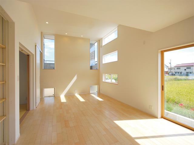 天井の高さを1m通常よりも高くしたリビングは開放感抜群!大きく開いた開口部はありませんが、東と南の二方向に設けた天井付けの窓からは、1日中太陽の光が室内に降り注ぎます。