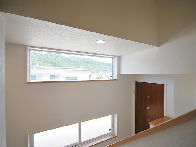 花粉の季節や、風の強い日でもお布団や洗濯物が干せるように、とのご要望から主寝室の南にサンルームを設けたO様邸。天井付けの窓からは、外からの視線を気にすることなく景色を楽しめます。