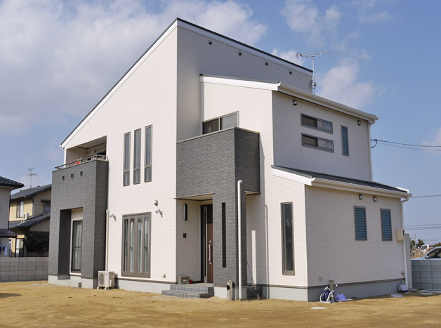 有限会社まきび住建『白と黒の統一感。照明使いにもこだわったアーバンハウス』