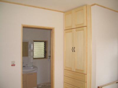 浴室のそばに便利な下着タオル入れを造作