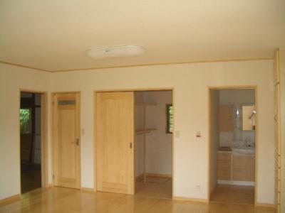キッチンの反対側にまとめてトイレ、納戸、浴室を設置しました。