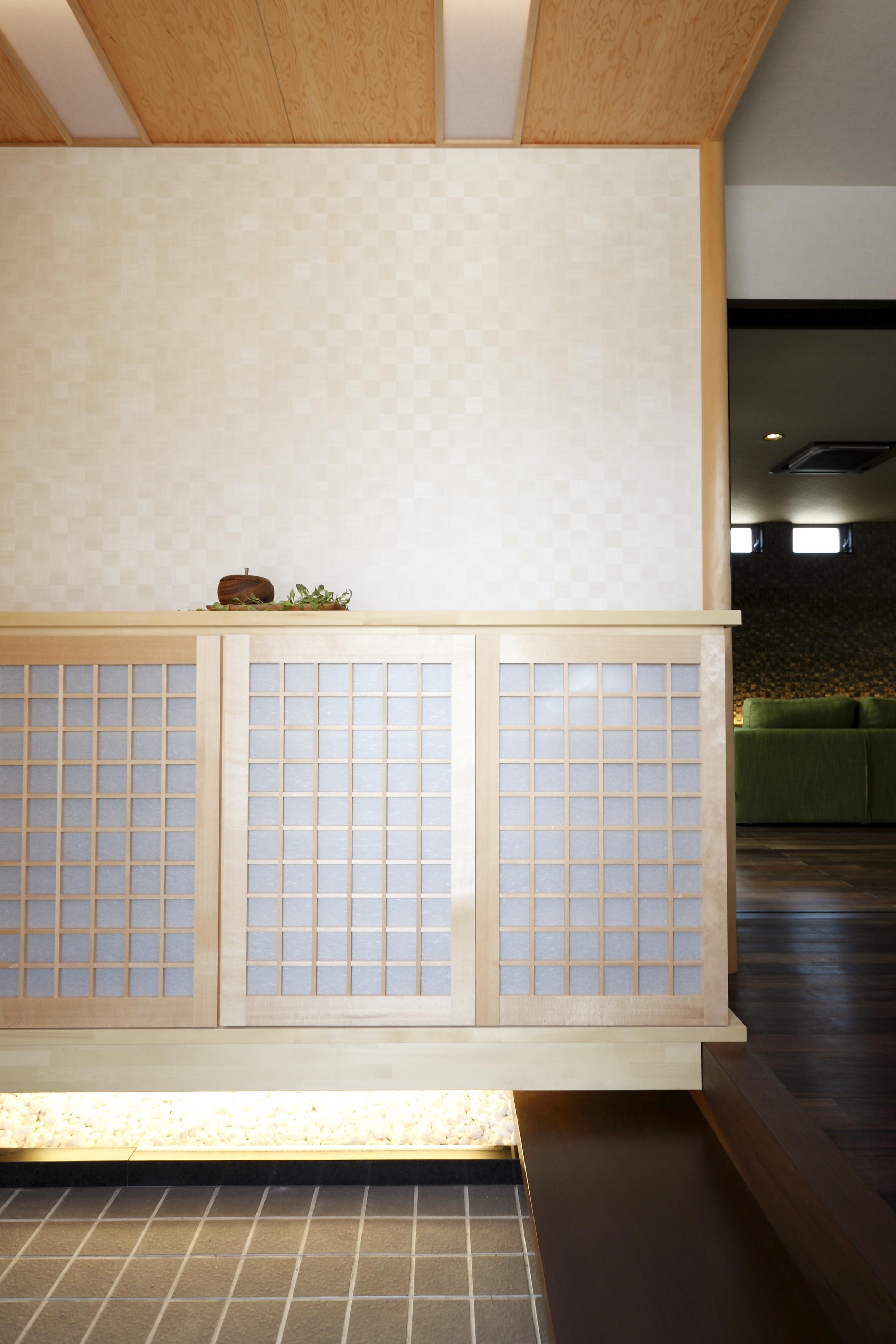 玄関は白木の和の風情に仕上げている。派手な装飾は控え、埋め込み照明や間接照明で雰囲気を味わう