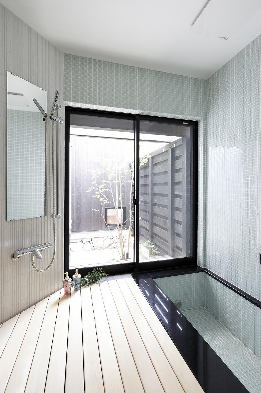 バスルームは屋内に居ながら露天風呂の雰囲気が味わえる。そのまま、中庭へ出る事も出来る。