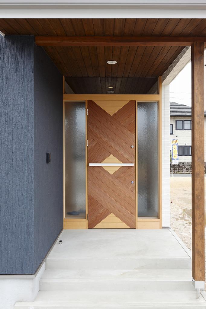 無垢材で作られた玄関ドアは完全オリジナル。何度も打合せを重ねて1枚のドアが出来る。それが愉しい。