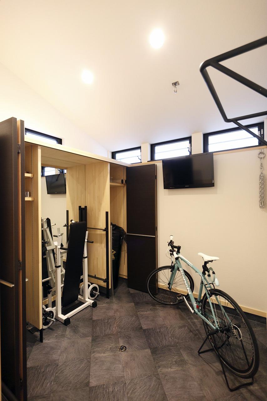 社会人サッカー選手であるご主人様のトレーニングルーム。普段はトレーニング機器はすべて壁面収納の中へすっきりと。