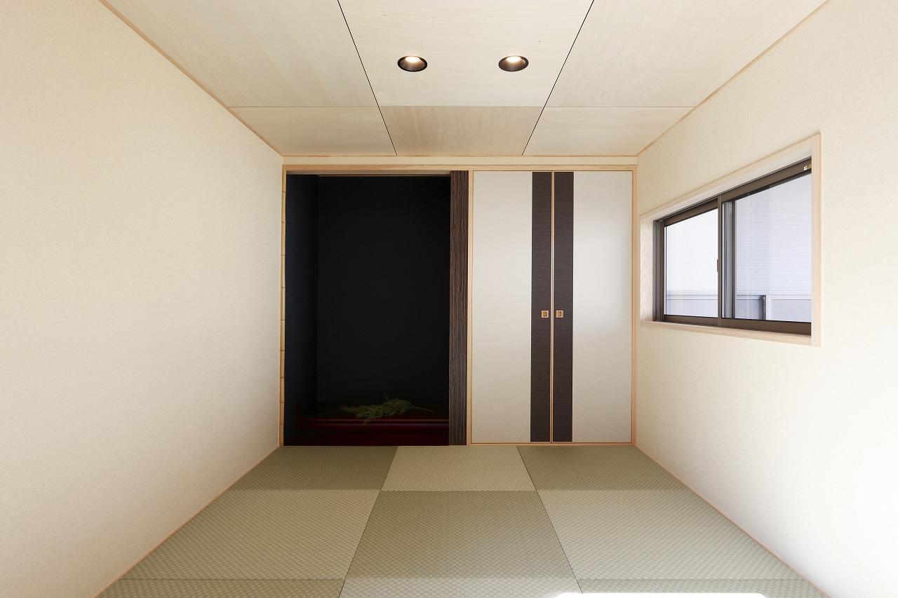 リビングから小上がりで繋がる畳の間。来客や家族の団欒には欠かせない小さくても大きな役割のあるスペース