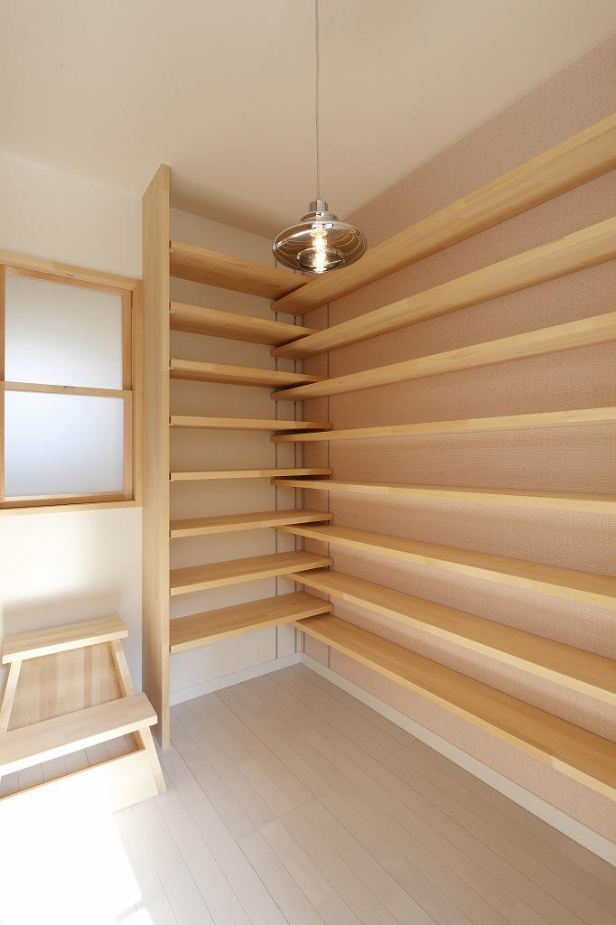寝室脇に設えた読書好きの奥様の為の小さな部屋。正面窓を開けると階段吹抜からご主人の様子が見える
