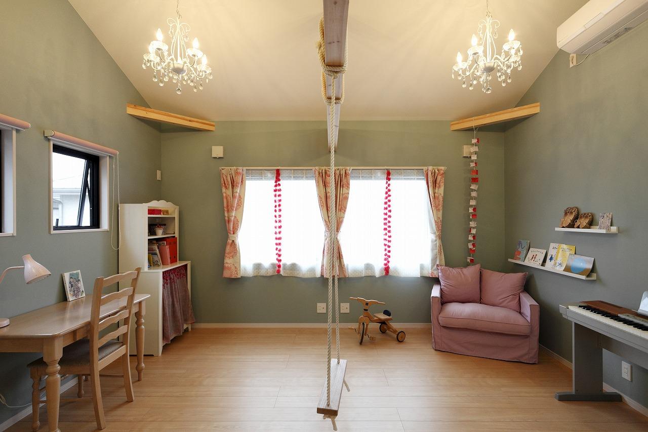 お子様の部屋はあえて落ちついたカラーでまとめ、家具やカーテン、小物で可愛らしさを演出。中央にはブランコも。