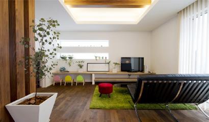 リビングにあるシェルフは、TV台や飾り棚だけでなく、お子様用のスタディコーナーとしても活用できます。