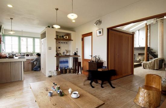 手づくりの建具やタイル貼りのキッチンは使い込むほど味わいが増す
