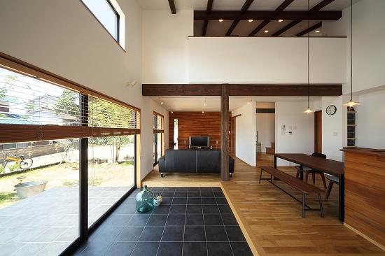 タイルの土間と天井の梁をアクセントに。