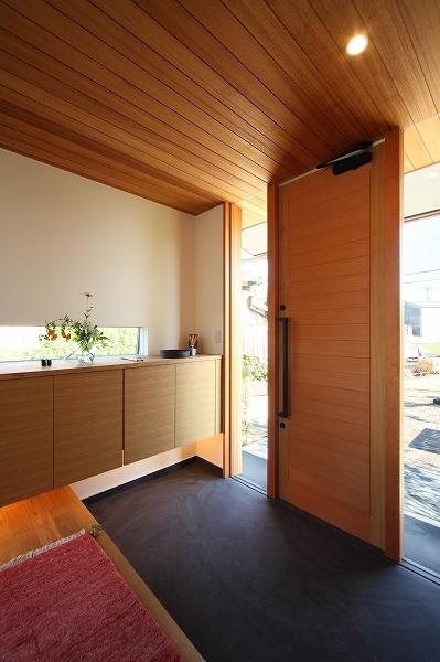 天井の木貼りが内と外をつなぐ