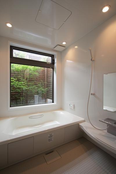 広い浴室は窓から坪庭を眺めながらゆっくり入浴できる