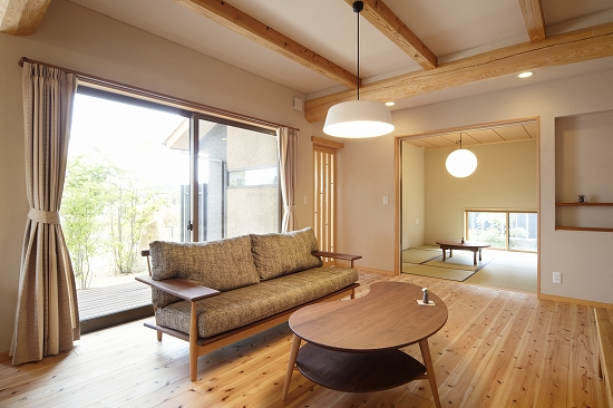 リビングのソファからも坪庭を眺められる