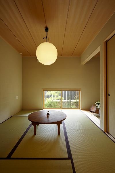 丸いお日様のような照明が目にとまる和室