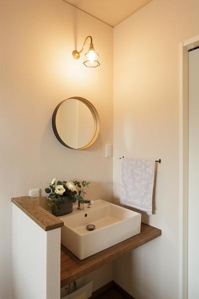 2階の洗面コーナーは、照明も鏡もお施主様チョイス