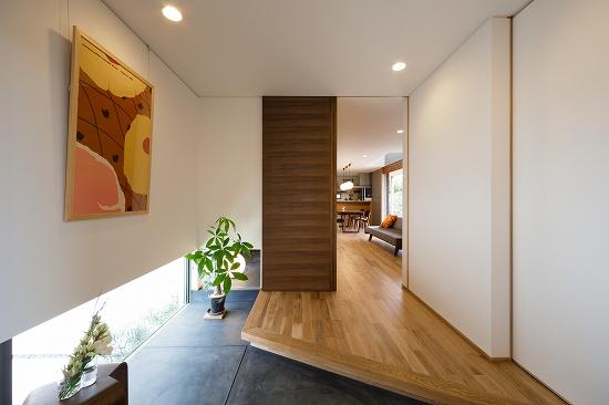 玄関の土間は階段下を通り、リビングまで空間を繋ぐ