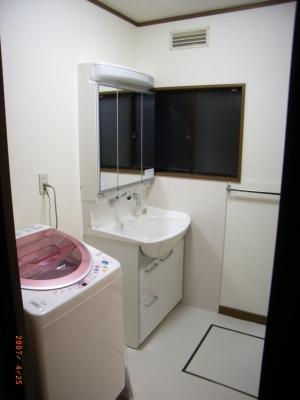 洗面所の設備の配置換えで有効空間が   広がり広々・安全になりました。