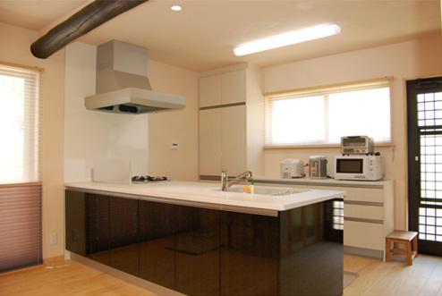 キッチン:オープンタイプで広々としたキッチン。食器収納をホワイトにしたことで明るくスッキリとしたイメージに。