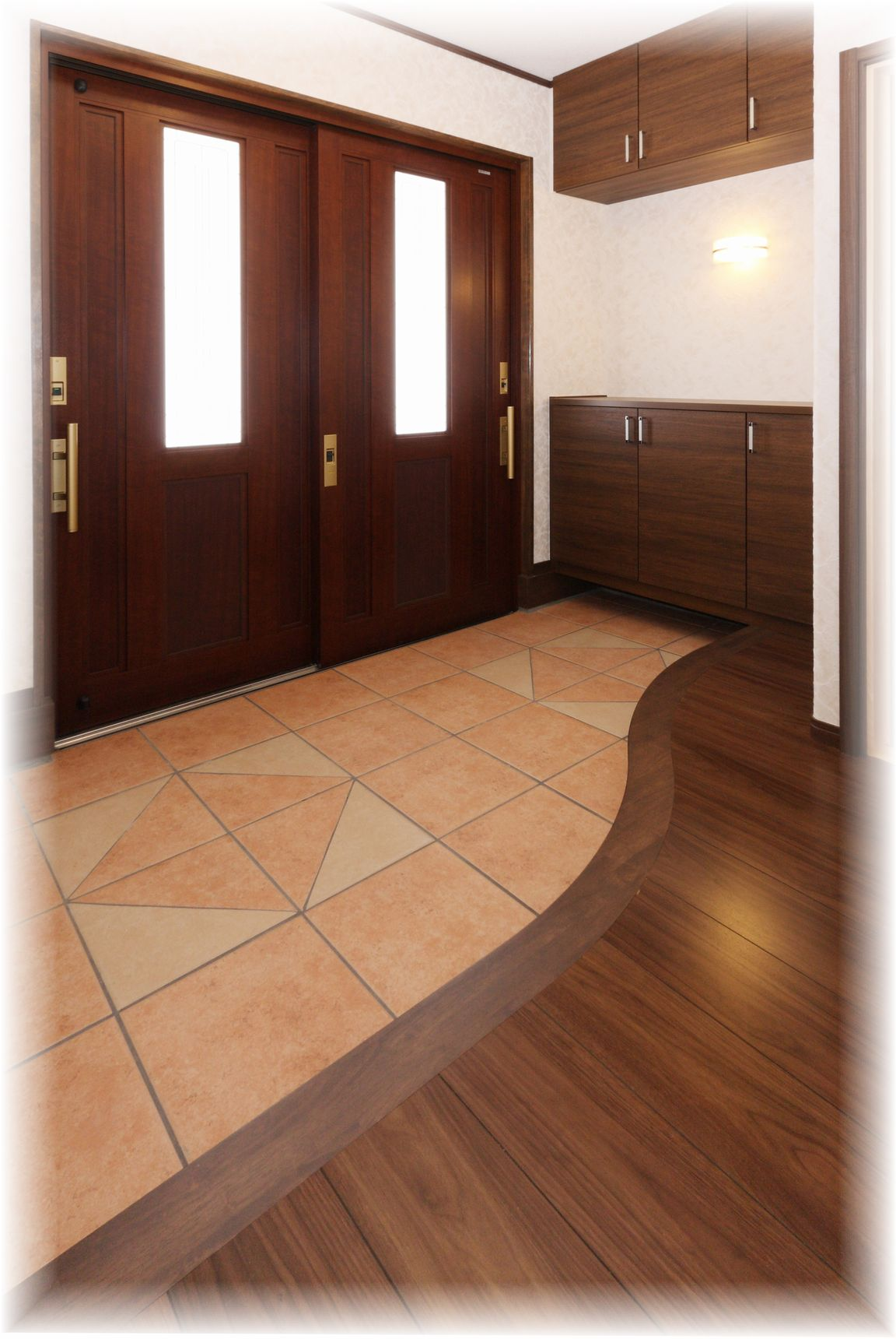重厚感ある木製の引き戸に、上がり框はアールを付けて格調ある印象に