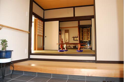 和室:昔ながらの続き間を残した和室。内装は珪藻土で仕上げると仏壇のお花が生き生きとします。